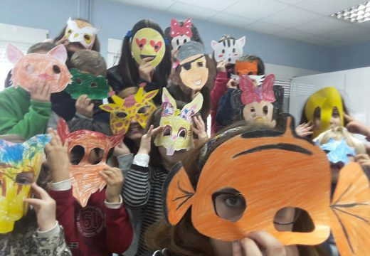 Unha vintena de nenos e nenas do Lousame Concilia participa nun obradoiro de creación de máscaras de Entroido