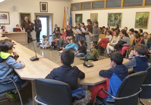 Sesenta e cinco nenos e nenas de 4º de Primaria do CEIP de Pedrouzos visitan a Casa do Concello de Brión