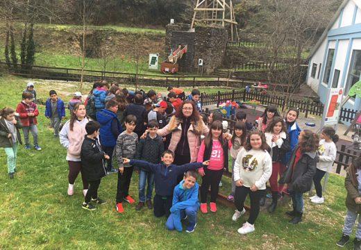 As minas de San Finx reciben a visita de 55 nenos e nenas de Coristanco e 35 membros da asociación Os Borrizos de Vilagarcía
