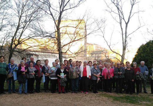Un grupo de 40 maiores dos Obradoiros de Mente Activa e Ximnasia de Brión visitan o Museo de Historia Natural de Santiago