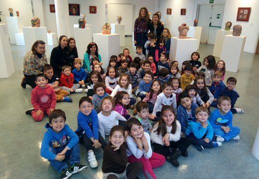 Os nenos e nenas de Centieiras descobren con Carme Romero a verdadeira historia das meigas galegas