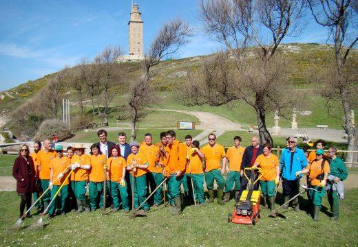 O Obradoiro de Emprego Praia das Lapas contribúe a recuperar espacios públicos e xardíns na contorna da Torre de Hércules