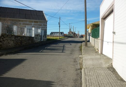 O concello investirá case 100.000 euros na renovación de servizos e pavimentación da rúa Pinisqueira na localidade de Aguiño