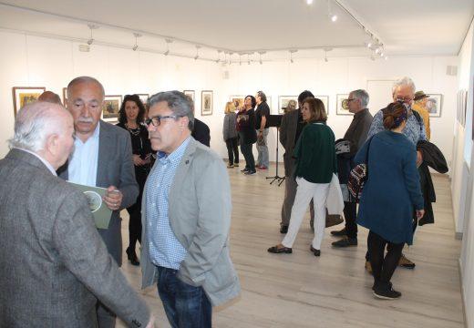 """A sala de exposicións de Brión quedou pequena na inauguración de """"Añoranza de Aguiño"""", unha mostra de Manuel Ayaso"""