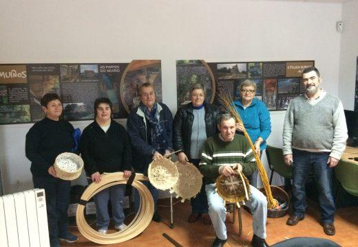 Un grupo de veciños e veciñas de Touro participan no curso de cestería para recuperar a tradición dos vellos oficios