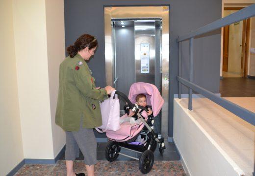 A Casa Consistorial estrea ascensor tras trinta anos sen accesibilidade