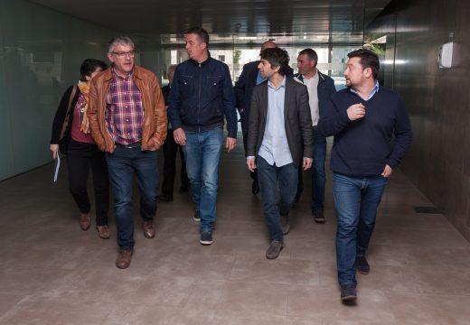 Os concellos do norte presionan en Santiago para sentar falar do tren coa Xunta, Renfe e Adif