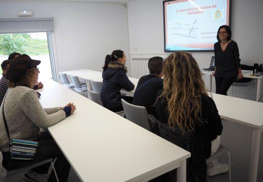 Charla sobre busca de emprego no Viveiro de Empresas de Riveira dirixida a oito usuarios da asociación Ambar