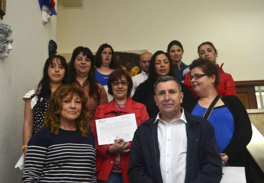 Trece persoas concluíron un curso de atención sociosanitaria a persoas no domicilio no municipio de Riveira