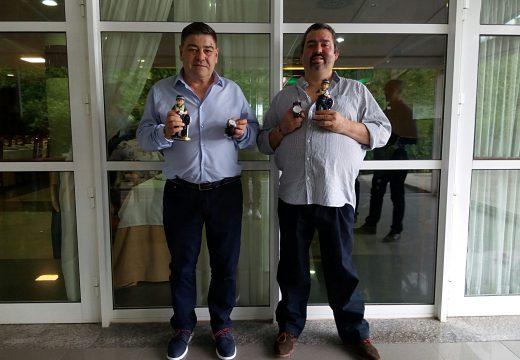 Os axentes da Policía Local de Ordes Fernando Rodríguez e José Astray celebran a súa xubilación