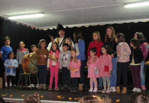 Concerto didáctico do grupo de gaitas Os Viqueiras de Ordes para un centenar de nenos e nenas do CPI Ponte Carreira de Frades