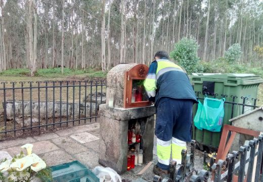A Brigada de Obras fabrica novas portas de madeira para o Peto de Ánimas do cruceiro de Moldes que ardeu a semana pasada