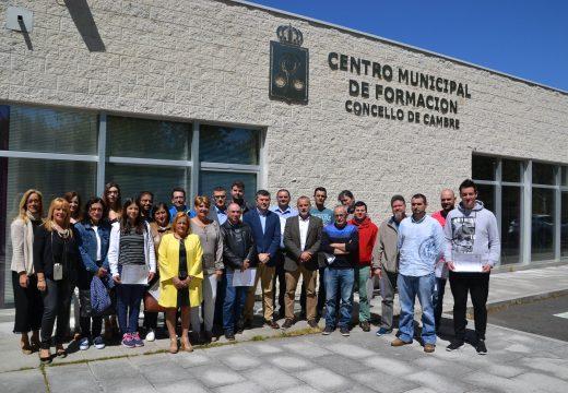 O alcalde entrega xunto co delegado territorial os diplomas acreditativos aos alumnos do Plan de Formación