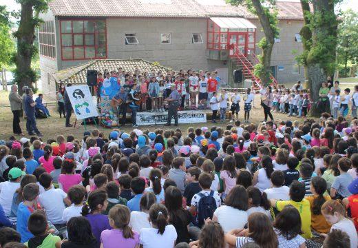 Máis de medio milleiro de nenos e nenas de Brión homenaxean a Carlos Casares na Carballeira de Santa Minia