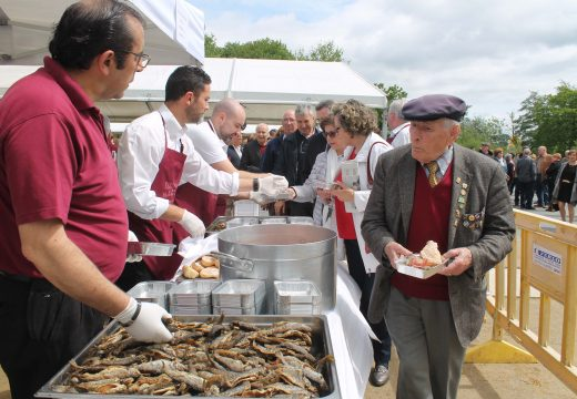 Milleiros de persoas dan boa conta dos máis de 3.500 quilos de troita na XXI Festa da Troita de Oroso