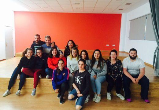 Un grupo de 12 xóvenes de Touro completan a formación como monitores de tempo libre
