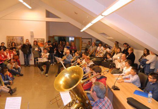 """Centos de veciños e veciñas de Brión desfrutaron dos cinco concertos da """"Noite en Branco da Magariños"""""""