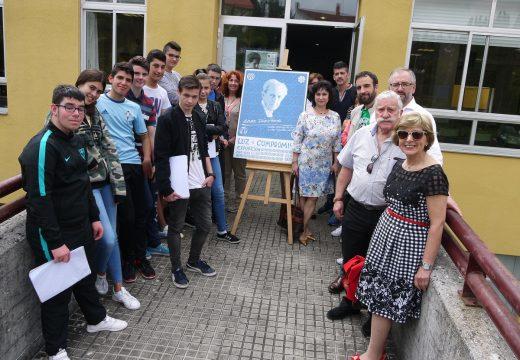 Veciños, alumnos e profesores visitan a exposición sobre a vida e obra de Isaac Díaz Pardo no Colexio CPI Fonte Díaz de Touro