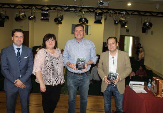 """Maximino Pérez Abuin presentou en Lousame a súa primeira novela, """"La historia de Laura Scott"""", ambientada nas minas de San Finx"""