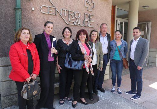A xerente da Área Sanitaria de Santiago coñece sobre o terreo as necesidades do Centro de Saúde de Touro