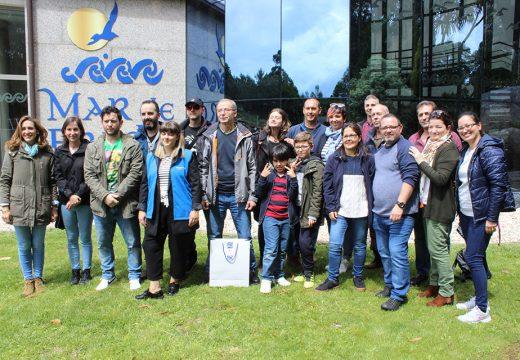 Unha vintena de membros da Asociación de Persoas Xordas de Santiago participaron nunha visita e cata comentada en lingua de signos nunha adega da Ruta do Viño Rías Baixas