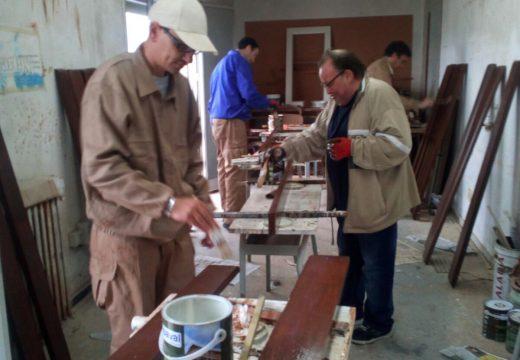 Alumnos do taller de carpintería do Servizo de Drogodependencias restauran o mobiliario urbano do Paseo de Castiñeiras