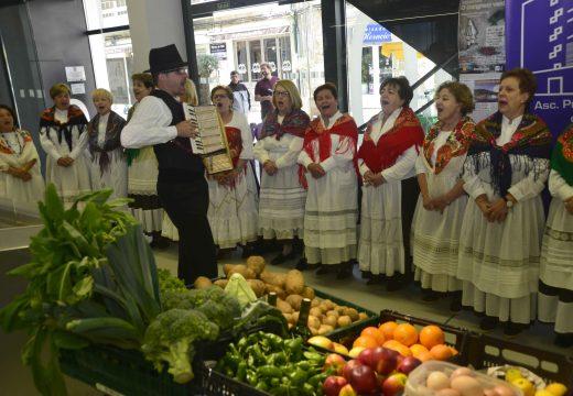 As voces de Aires da Barbanza celebraron o primeiro aniversario do mercado riveirense