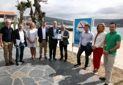 O conselleiro de Sanidade entrega o diploma de ouro ao concello de Corcubión por ter todas as súas praias libres de fume de tabaco