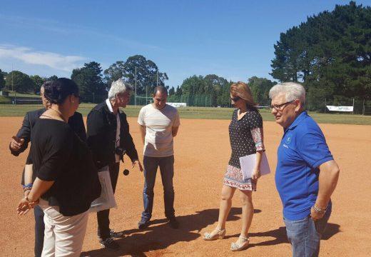 Marta Míguez supervisa o estado final da reparación do campo de béisbol do complexo deportivo de Acea da Ama (Culleredo)