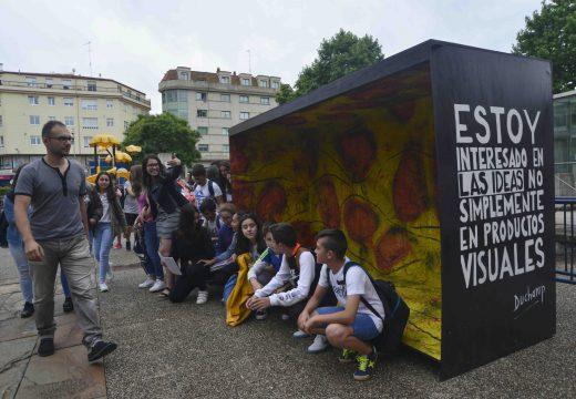 Unha orixinal obra do Colexio Galaxia fusiona na praza do Centenario as pinturas de altamira cos Ready-Mades de Duchamp