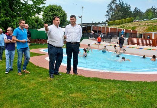 A Xunta e o concello de Frades investiron 40.000 euros para que os máis pequenos estreasen unha piscina específica para eles