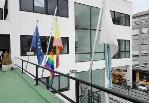 Fene iza a bandeira multicor como xesto de apoio e visibilización dos dereitos das persoas LGTBQI