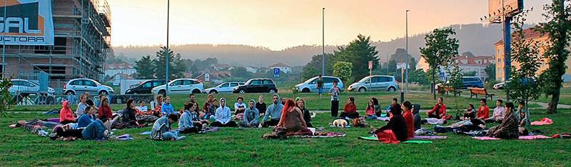 Máis de medio cento de brioneses e brionesas participaron esta fin de semana nunha sesión de ioga gratuíta e ao aire libre
