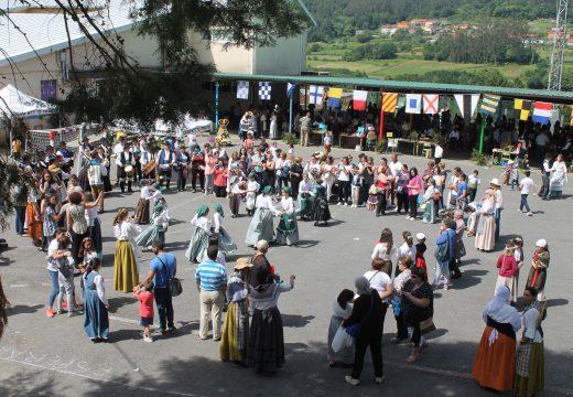 Centos de veciños e veciñas participan no II Mercado Tradicional do CPI Cernadas de Castro de Lousame