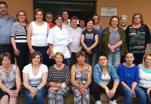 Vinte veciñas de Frades participaron nun curso gratuíto de Repostería Creativa impartido en Galegos pola ONG Mestura
