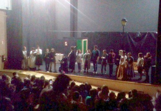 O auditorio da Casa da Cultura de Ordes cheo a rebosar na presentación do grupo municipal de teatro