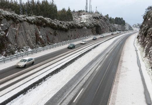 A neve déixase ver en San Sadurniño e obriga a interromper o tráfico pesado na AG-64 durante case tres horas