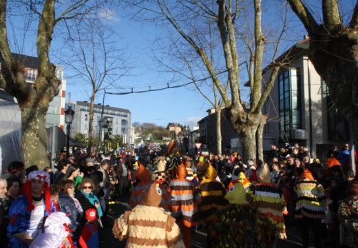 Cambre festexa o Entroido Pequeno máis grande do Mundo con milleiros de persoas