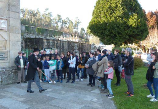 Máis de medio cento de persoas asisten á primeira sesión teatralizada sobre Rosalía no adro da igrexa de Bastavales