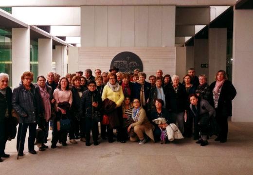 Uns 35 maiores de Riveira viaxaron a Vigo para ver en directo o Pergamiño Vindel e visitaron o Museo de Pontevedra
