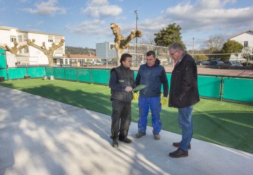 O Concello de San Sadurniño repara a pista multixogos do colexio