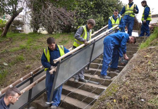 O alumnado do Programa Inicia II coloca unha nova varanda entre a rúa Machuco e a Avenida da Cooperación
