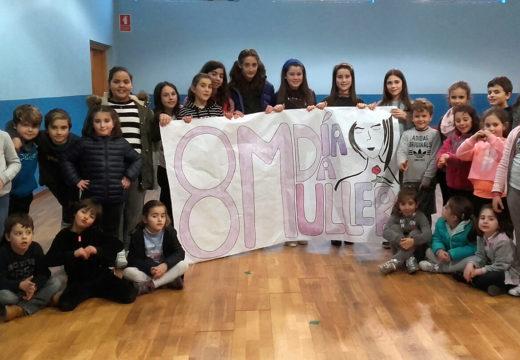 Os nenos e nenas de Boqueixón elaboran un mural conmemorativo do 8-M