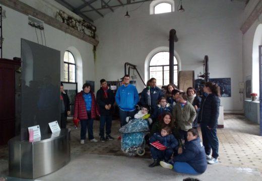 Vinte e seis persoas do Centro de Educación Especial AMICOS de Ribeira visitan o Museo das Minas de San Finx