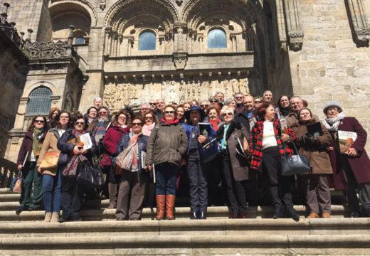 Os maiores participantes no curso da Universidade de Santiago visitan o Arquivo da Catedral Compostelá