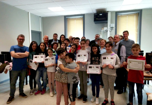 O edil José Manuel Mira entrega os diplomas de informática