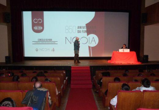 Case 250 escolares de Noia participan nunha charla do profesor Manolo Barreiro sobre o 850 aniversario da fundación da vila