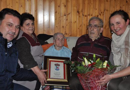 O Concello de Frades homenaxea a María Novoa Bao, veciña da parroquia de Abellá que vén de cumprir 100 anos