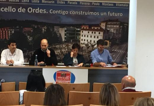 A charla do PSOE de Ordes sobre o futuro das pensións enche o salón de plenos municipal
