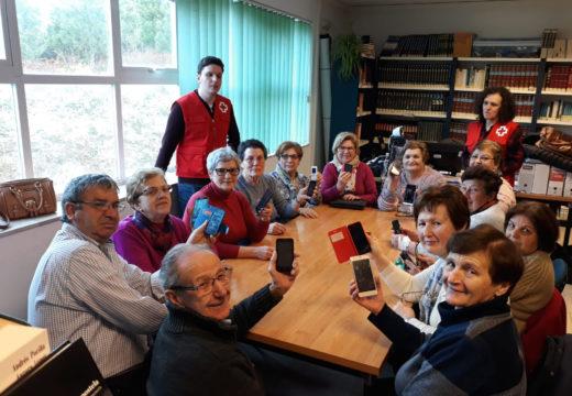 Comezan os obradoiros gratuítos do Concello de Lousame e Cruz Vermella para que os maiores aprendan a utilizar os seus móbiles